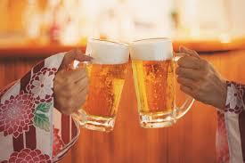 コンパニオンとビールで乾杯